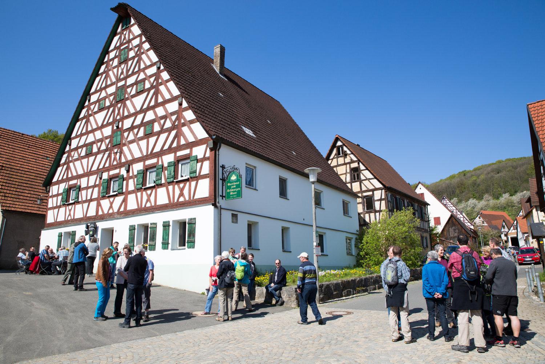 Wanderung von Oberkrumbach nach Kleedorf - Startpunkt nach dem Gottesdienst am Dorfplatz