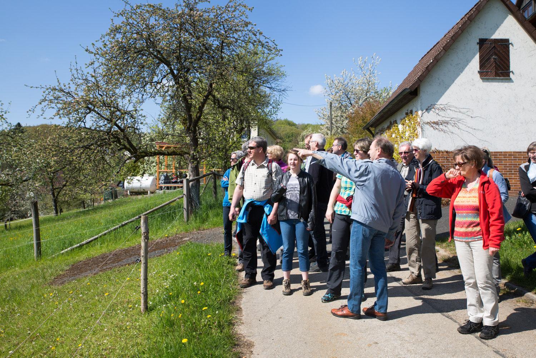 Wanderung von Oberkrumbach nach Kleedorf - Am Ortsausgang von Oberkrumbach erklärt Gerhard Rießner den Hersbrucker den Blick über die Alb auf Happurg